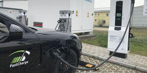 Die Schnellladetechnik ist für bis zu 450 kW gut.