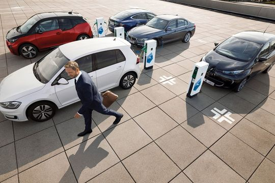 E-Mobilität Parkplatz Fuhrpark flotte laden ladesäule