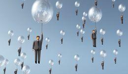 Geschäftsmann hängt an Baloon