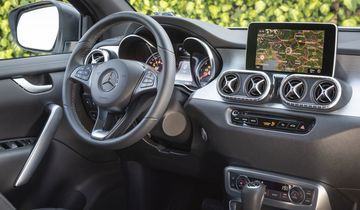 Mercedes X-Klasse 350 d 4matic, 2018, rot,  innenraum, cockpit, armaturenbrett, bildschirm