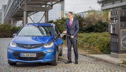 Opel-Chef Michael Lohscheller lädt einen Opel Ampera-e