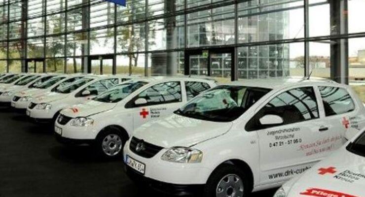 Rotes Kreuz steht auf VW Fox